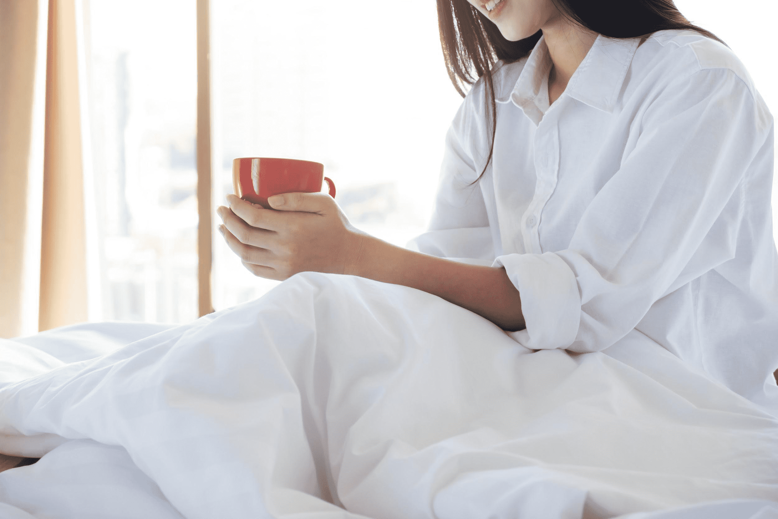 O calor propaga-se do café para a xícara e da xícara para a mão por meio de condução.