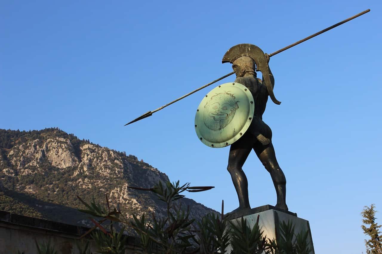 Escultura de guerreiro espartano.