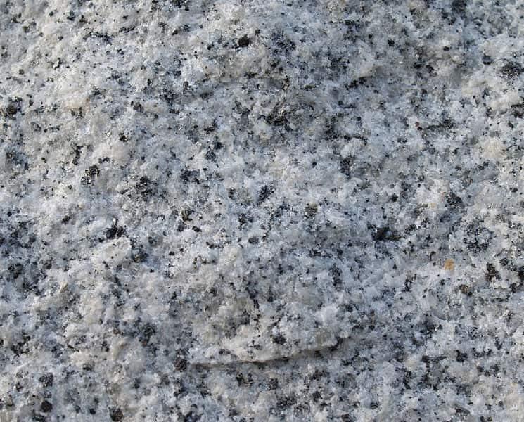 Parede de granito, um exemplo de rocha magmática intrusiva.