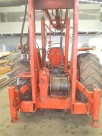 Perfuratriz Hidraulica com 12m acoplada em um trator Massey Ferguson