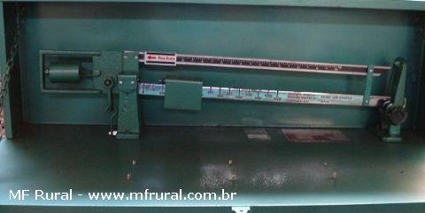 Balança mecânica tipo brete para pesar animais com peso de até 1500 Kg.