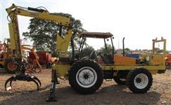Grua Carregadoreira Florestal Motocana montado em trator Valtra BM 100