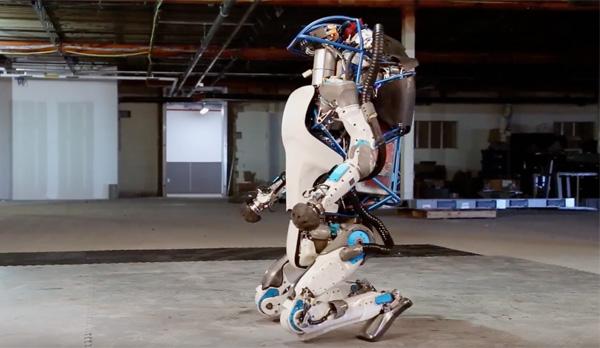 Nova geração do robô Atlas consegue levantar sozinho após cair.