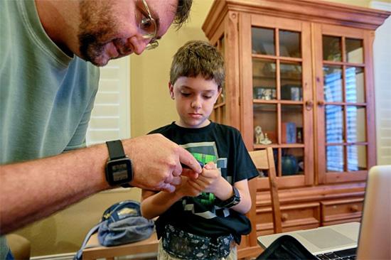 Um pâncreas artificial para controlar a diabetes do filho.