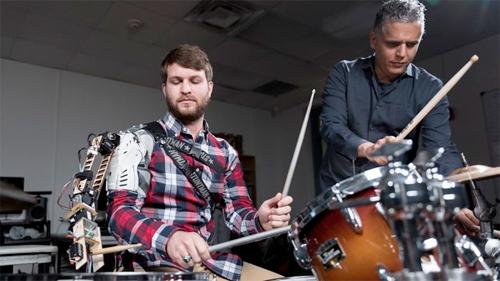 Terceiro braço robótico dá a bateristas um ritmo extra.