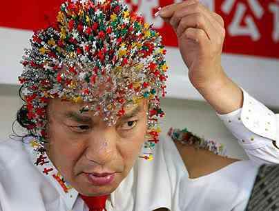 Chinês enfia 2008 agulhas na cabeça