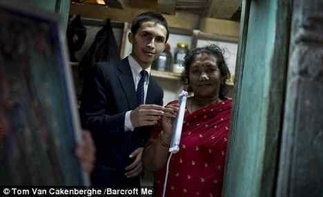 Moleque do Nepal inventa painel solar feito de cabelo