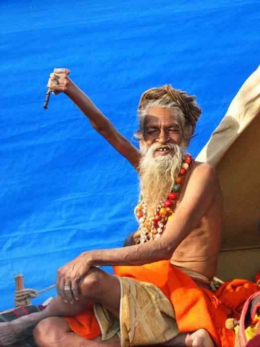 O indiano que está com o braço levantado há 38 anos