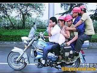 Quantas pessoas cabem na sua moto?