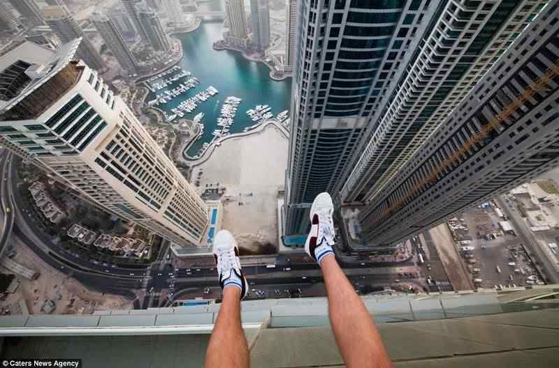 No alto dos prédios de dubai.