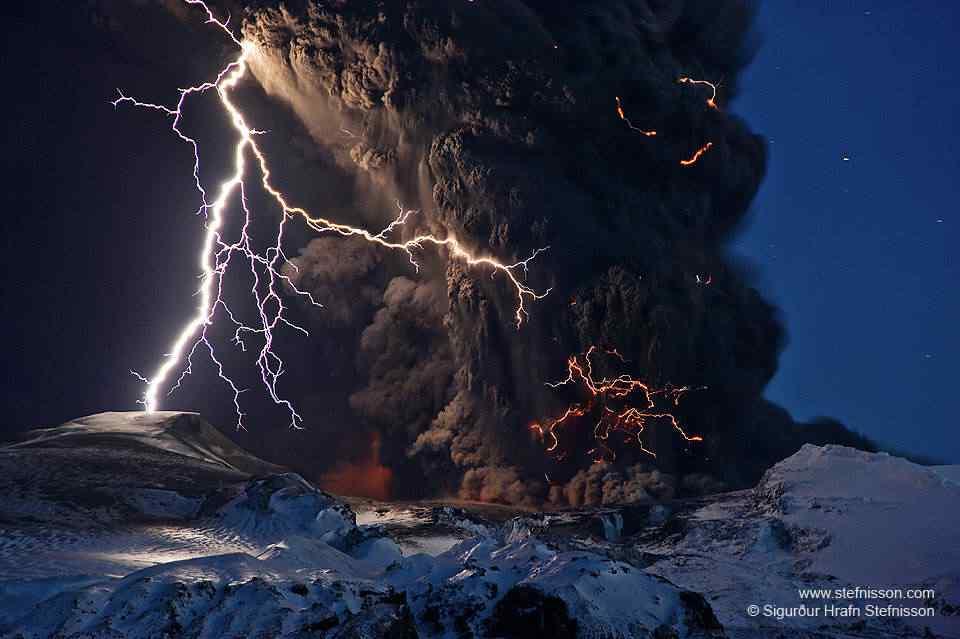 UFO cilíndrico estranho mergulha em vulcão em erupção