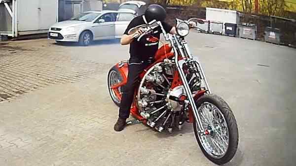 O cara colocou motor de avião numa moto