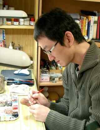 JC Hong painting 320x416 Conheça os doidos escultores da Hot Toys