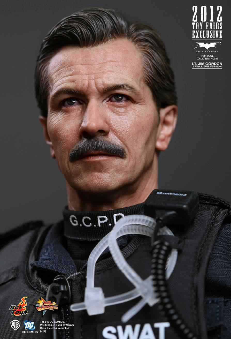 batman-dark-knight-rises-lt.-jim-gordon-swat-action-figure-hot-toys--[2]-4984-p