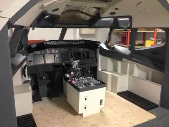 Gamer constrói cockpit de 737 em casa