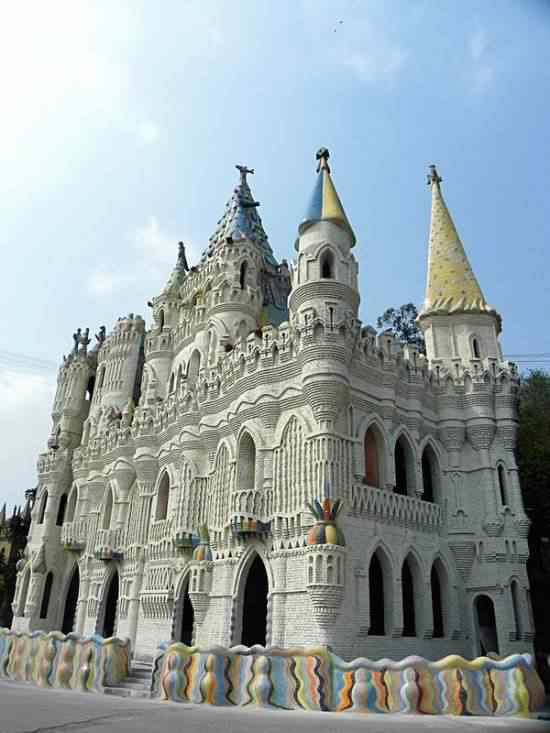 Chongqing castles 550x733 Milionário chinês constrói castelos só por diversão e planeja fazer 100!
