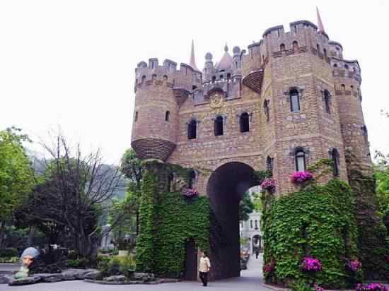 Chongqing castles3 550x412 Milionário chinês constrói castelos só por diversão e planeja fazer 100!