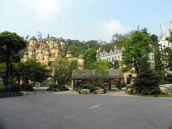 Chongqing castles4 550x412 Milionário chinês constrói castelos só por diversão e planeja fazer 100!