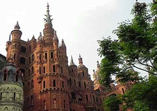 Chongqing castles5 550x391 Milionário chinês constrói castelos só por diversão e planeja fazer 100!
