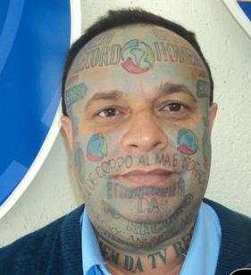 Esse é fã! Olha só o doido que tatuou 96 marcas da Tv record no corpo. Até na Testa!