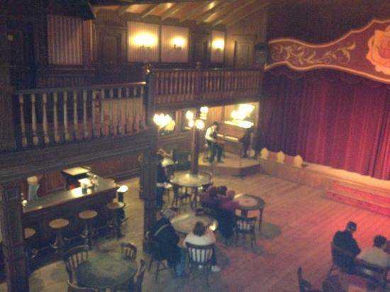 inside the saloon listening O velho oeste que fica na Europa