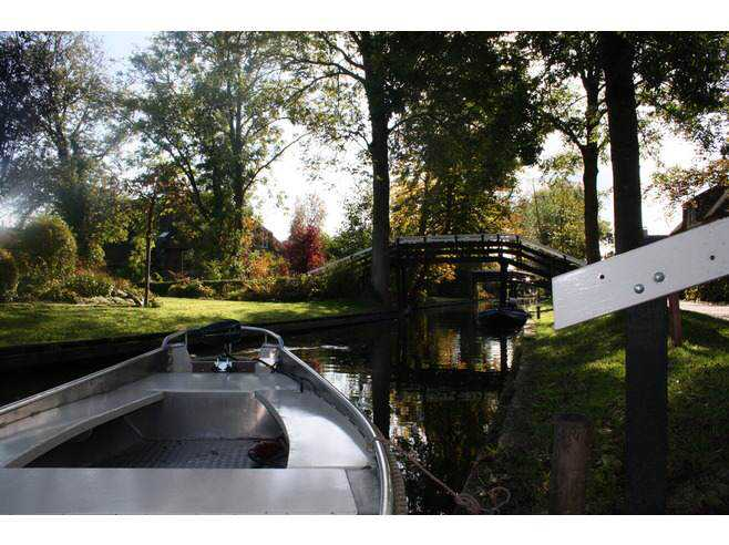 6377971-Going_by_boat_through_the_canals_Giethoorn