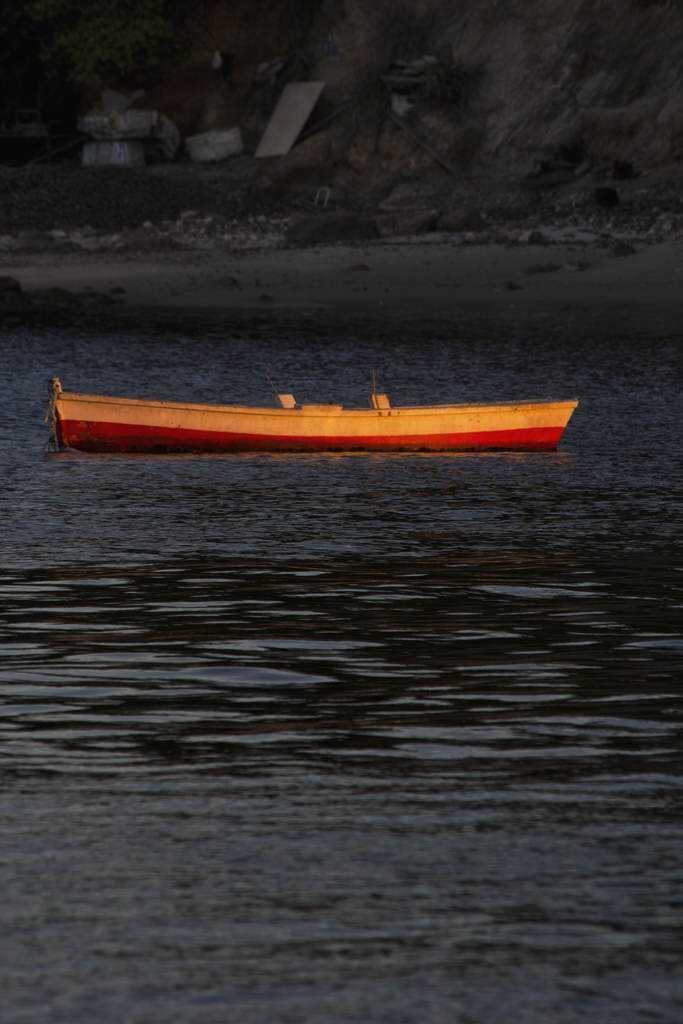 barco na luz sobre aguas escuras_low