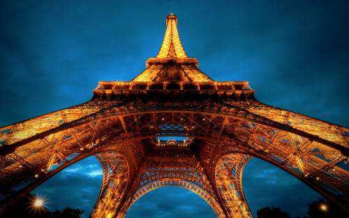 Turista, cuidado: Tirar foto da Torre Eiffel dá multa!