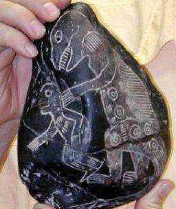 Pessoas com dinossauros gravados em pedras pré-históricas. Como pode?