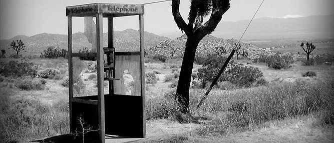 Um telefone no meio do deserto