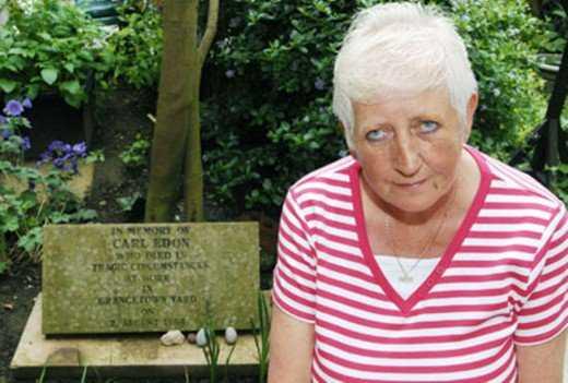 A mãe de Carl ao lado do tumulo do filho