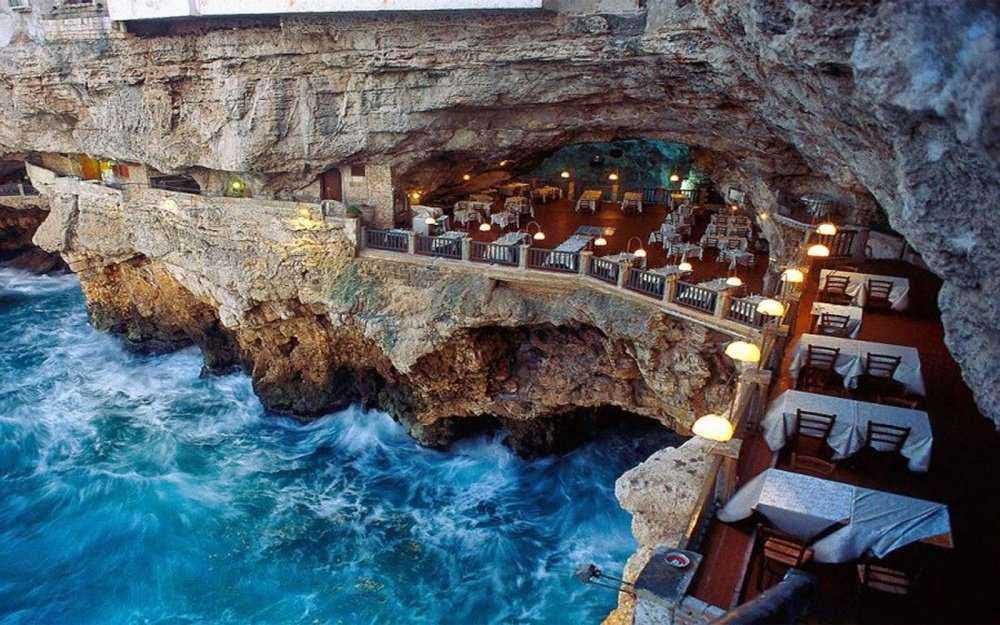 12-restaurants-where-you-will-not-think-about-food-artnaz-com-1