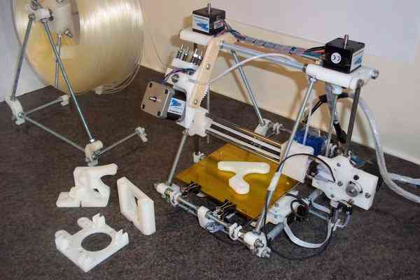 A típica impressora montada de kit. Nem todas são assim, algumas são bem profissionais mesmo!