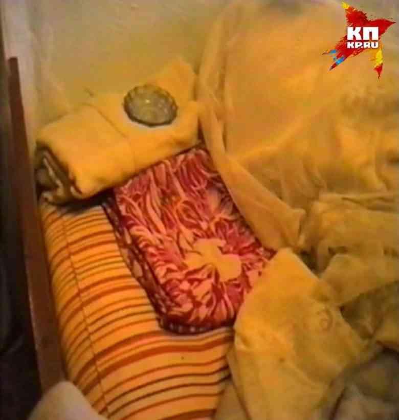 O sofá onde Alexis viveu