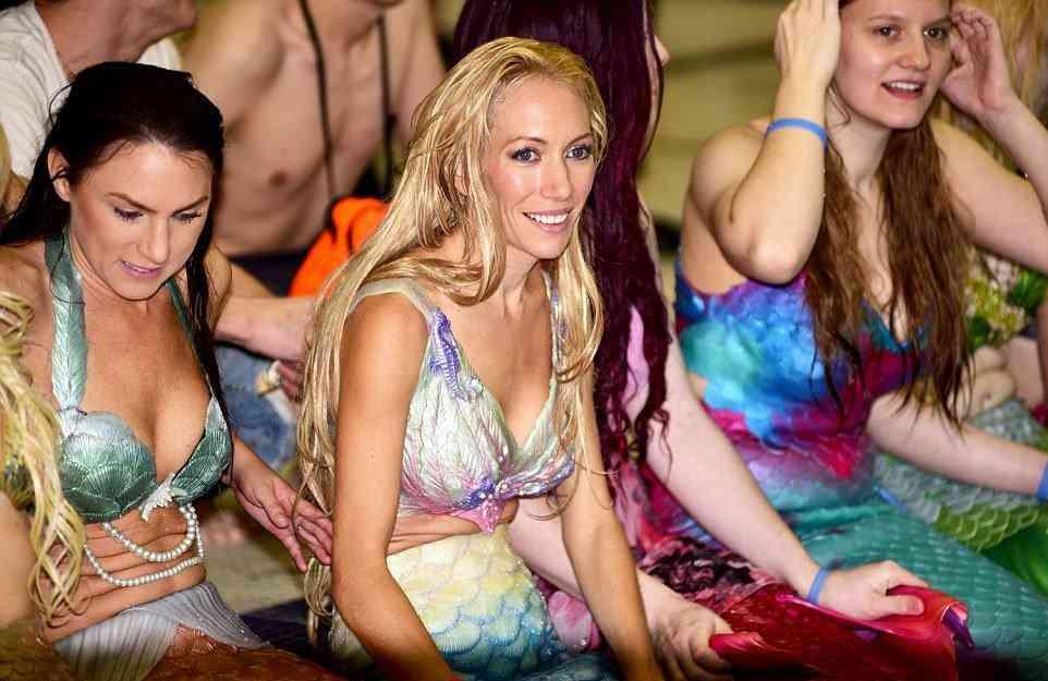 Fotos de uma convenção de... Sereias