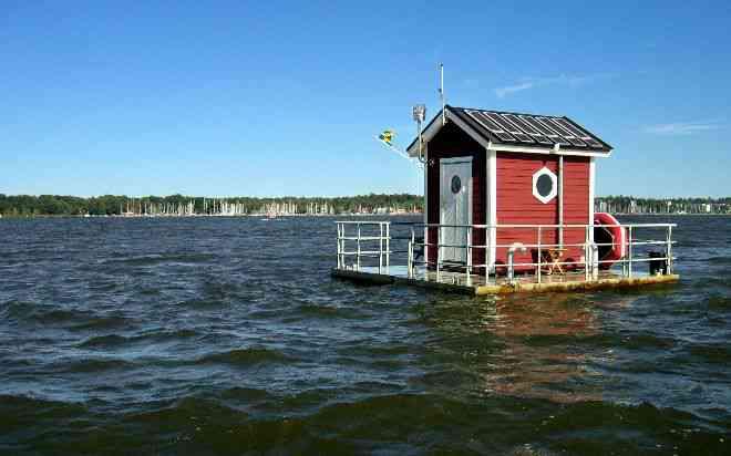 Parece uma casinha no meio do lago, mas você não vai acreditar no que tem ali dentro