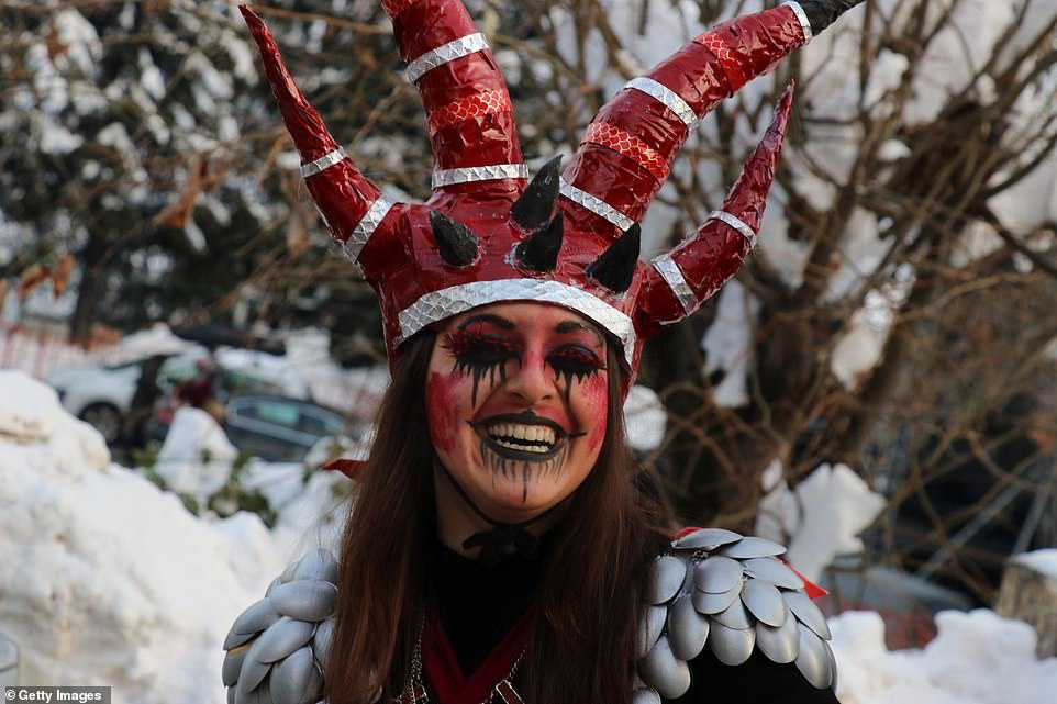 """Carnaval """"peculiar"""" da Macedônia lembra um pesadelo de entorpecentes"""