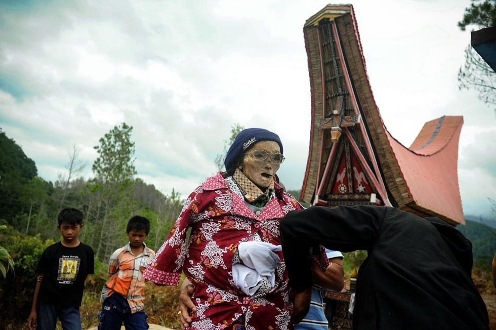 Rolezinho de defuntos: Parentes desenterram os falecidos em ritual tradicional