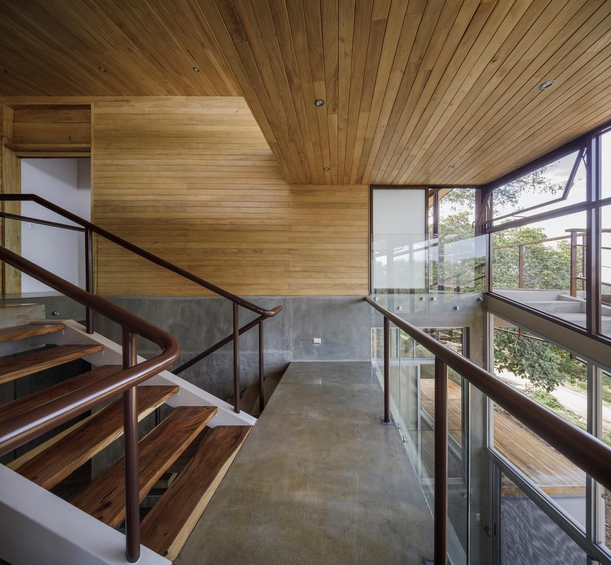 Casa de madeira e concreto no meio da mata