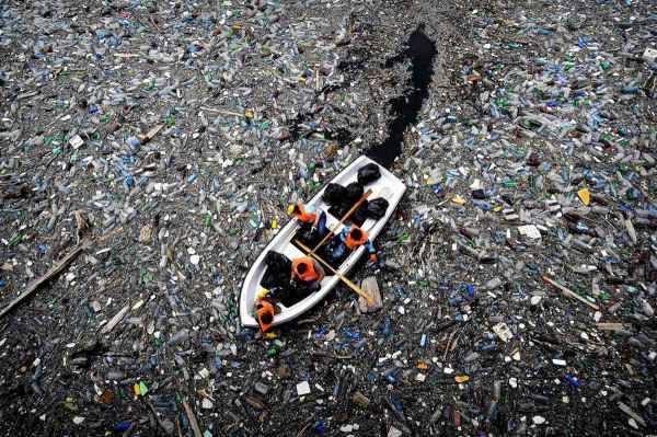 Japonês inventa maquina que pega o lixo plástico e faz virar gasolina. Será?