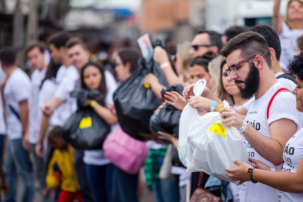 Pessoas organizando os mantimentos para doar no MuTTirão