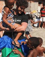 Andre Meisler segurando uma criança
