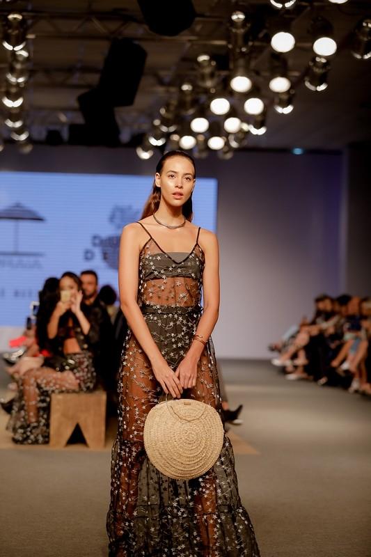 Vestido Ty Store, Biquini Sereias Beachwear, bolsa Alma Solas, sandália Daia, pulseira e gargantilha The Mono Projects