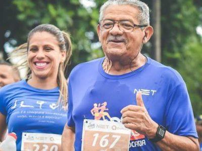 homem idoso praticando corrida