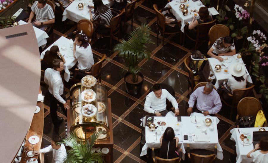 Quer trabalhar na área de restaurantes? Descubra 10 funções do setor em que você pode atuar