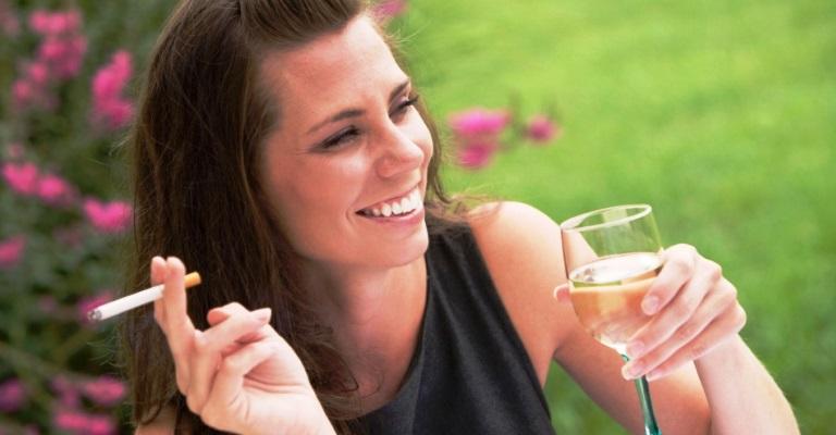 Entenda como o cigarro e a bebida prejudicam a pele