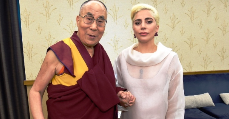 Lady Gaga é banida da China por encontrar Dalai Lama