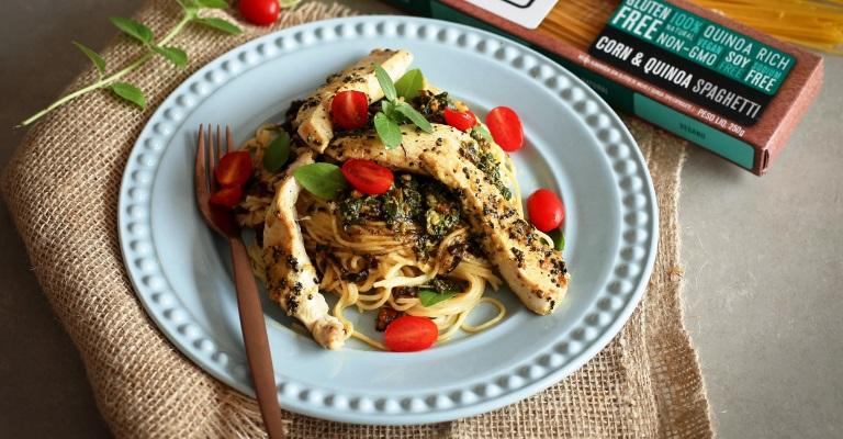 Espaguete de milho e quinoa com pesto e frango