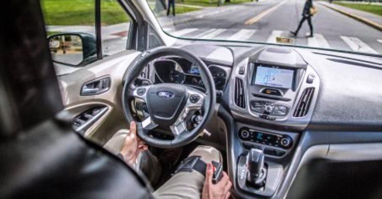 Ford testa comunicação entre carro autônomo e pedestres