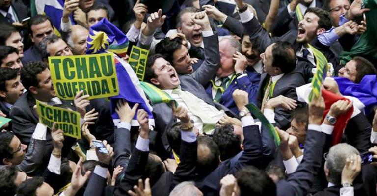 Derrota na Câmara deixa governo Dilma mais perto do fim